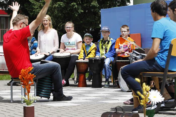 Die Trommelgruppe des Kinderdorfes unter Regie von Herrn Georgi.